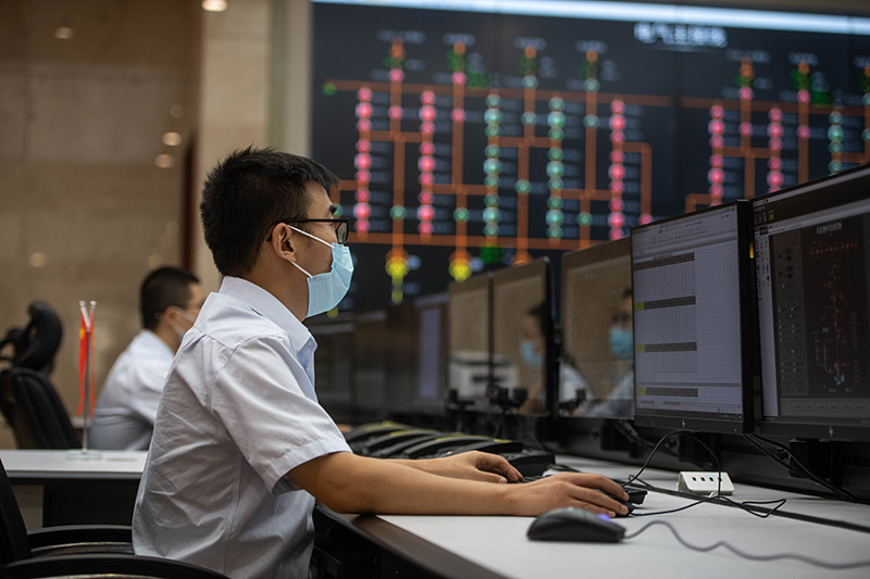 发电厂运行人员监控机组运行情况。(新华社记者 胡超 摄).JPG